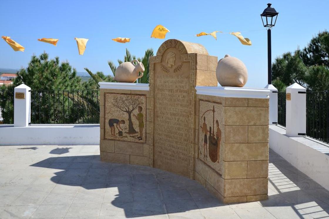 Mirador del Ribazo, con el monumento al aceite carbulense